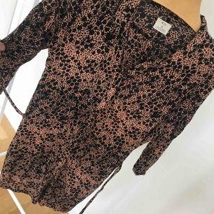 Mönstrad skjortklänning från Urban Outfitters! Skön i materialet 🌟 dolda fickor i sidorna och knytband i midjan