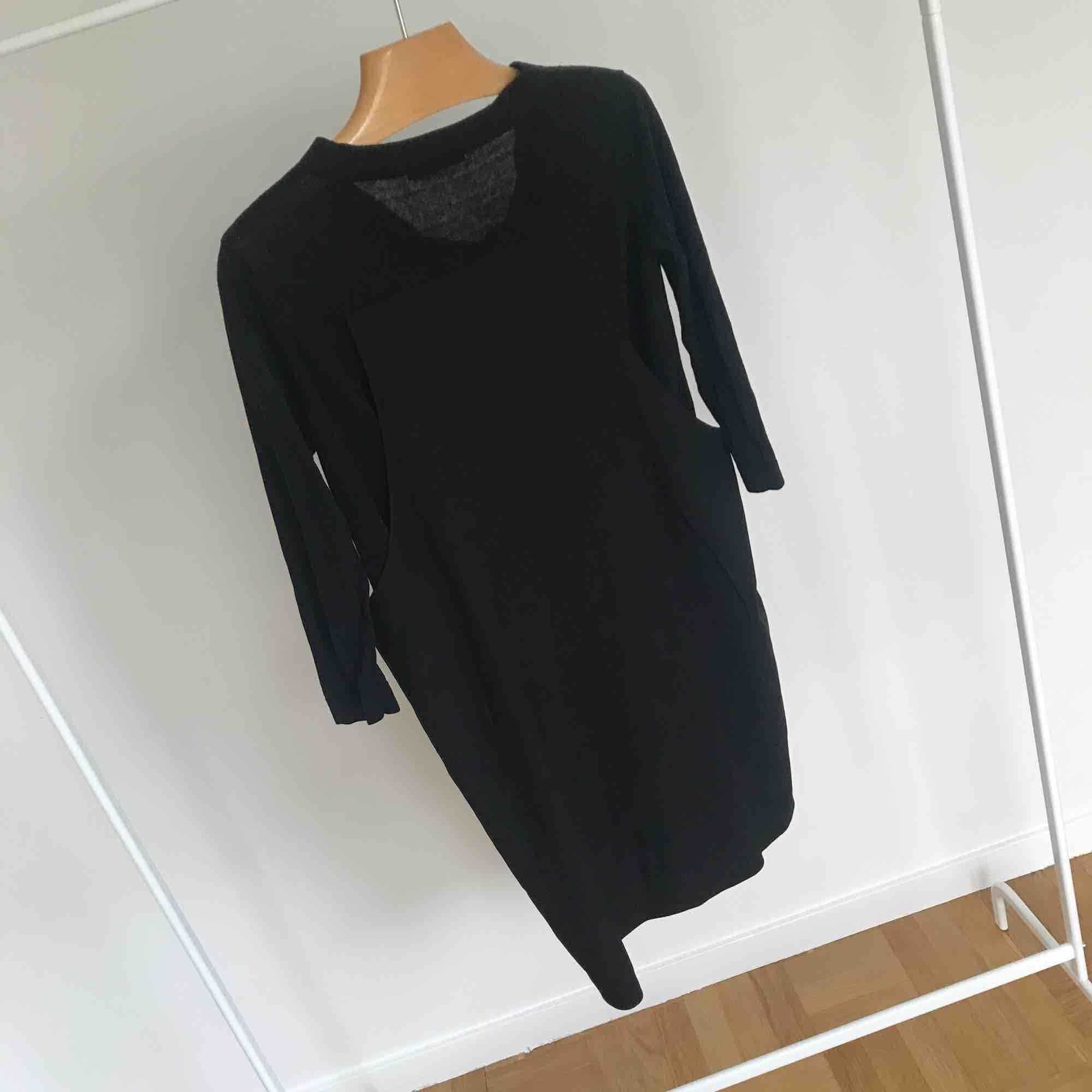 Svart cool klänning från COS 🖤 använd men i fint skick! Storleken är XS, men jag som är en 36/38 kan också ha den fint! . Klänningar.