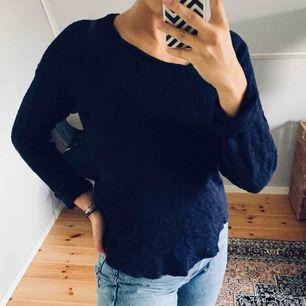 Mysig mörkblå stickad tröja, perfekt till hösten❣️ Köparen står för frakt