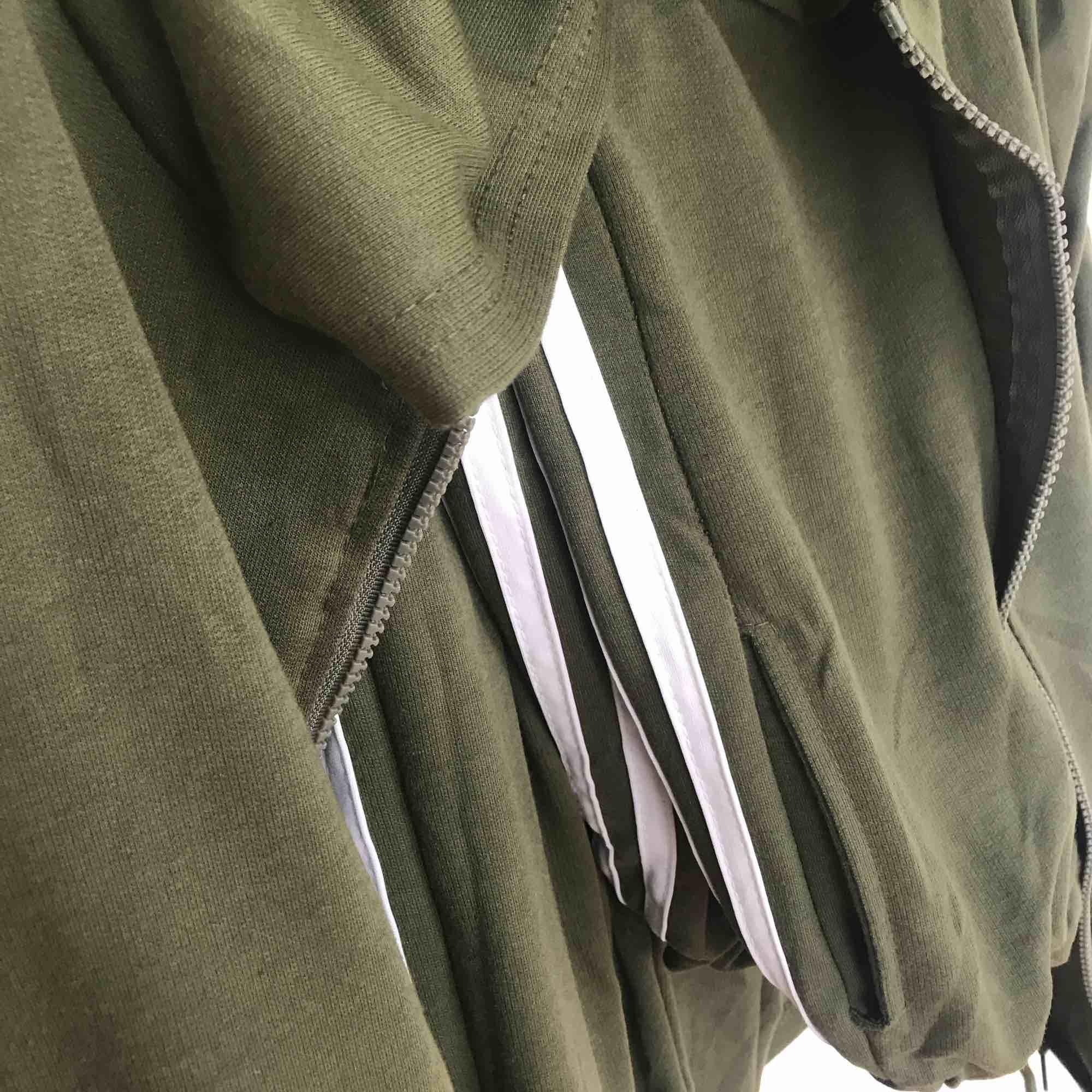 Oanvänd grön sportdress/mjukisset 💚 köpt här på Plick, men fel i storlek. Står M men sitter som en XS!  Snörning i midjan på byxorna och fickor med dragkedja på tröjan . Huvtröjor & Träningströjor.