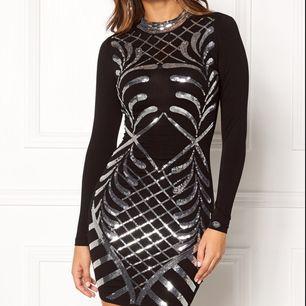 Figurlära klänning i superskönt material.  Svart med paljetter. Storlek XS. Köpt på Nelly, märket är Chiara Forthi.  Nyskick, Använd en kväll.
