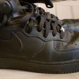 Säljer ett par Nike air Force 2,  använda men ändå i fint skick. Storlek 44 och eventuell frakt tillkommer! Köpta från killavdelningen, men är ingen skillnad