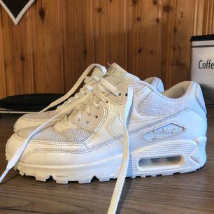 """Nike Air Max stl 36. Köpta på footway (äkta). Obetydligt använda, max tre gånger. """"fläckarna"""" syns betydligt mer på bild än i verkligheten. En tvätt så är det borta."""