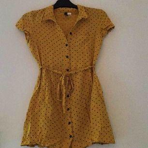 Fin gul klänning med knappar. Nyskick. Frakt: 50kr / eller mötas upp.