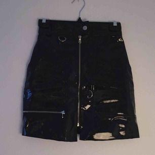 Helt ny latex kjol med bakfickor och fina detaljer. Frakt: 50kr / eller mötas upp.