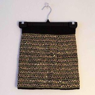 Kort kjol med paljetter samt broderi. Nyskick. Stretchig. Frakt: 50kr / eller mötas upp.
