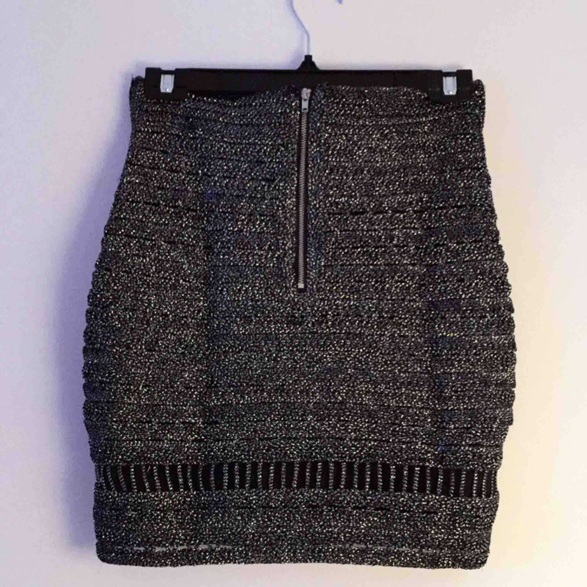 Helt ny Glittrig kjol från ginas Exclusive Collection. Blev slutsåld väldigt fort. Fått i present. Perfekt till nyår. Frakt: 50kr / eller mötas upp.. Kjolar.