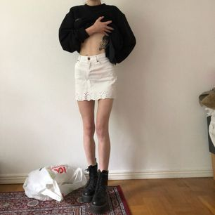 Vit jättefin jeanskjol, tyvärr för stor för mig så håller in den i ryggen... står 34 men passar 36 ksk till och med 38. Möts i sthlm eller frakt 💕