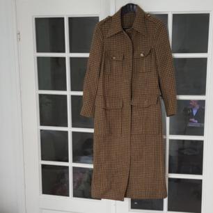 Vadlång kappa, inköpt i vintage butik. Vackert rutmönster