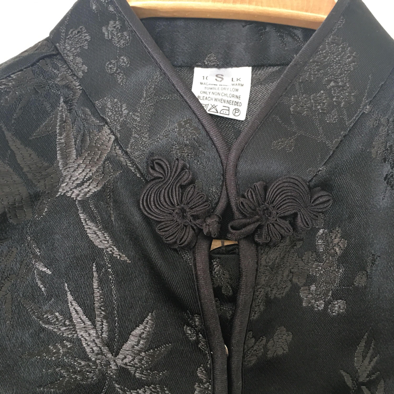 Svart siden blus traditionell kinesisk med ståkrage och fina sydda knappor. Strl s nyskick.. Blusar.