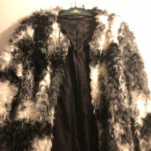 säljer min jacka från zara pga för liten, köpt för 500 knappt använd
