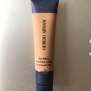Khloé Kardashian o Kendall Jenner's favorit foundation!   Endast använd en gång. Färg nr 4.  100% äkta. Köpt på Åhlens.