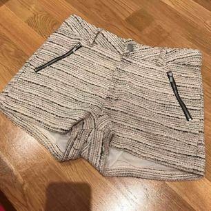 Fina rosa och svart glittriga shorts. Svarta fina dragkedjedeltajer för öppning av fickor. Med justerbart resår runt midjan. Väldigt sparsamt använda. Från kids by Lindex.