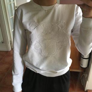 Helvit Kenzo sweatshirt! Inte vanligt hoodie-material, precis lika tjockt material men ett mer svalare tyg vilket gjorde tröjan dyrare i nypris, köptes för ungefär 3000! Har M i tröjan men brukar ha s/xs! Prutbar☺️