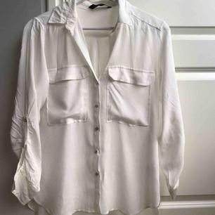 Basic oversize tunn blus/skjorta från Zara Woman. I toppskick - aldrig använd. Frakt: 39kr ✨
