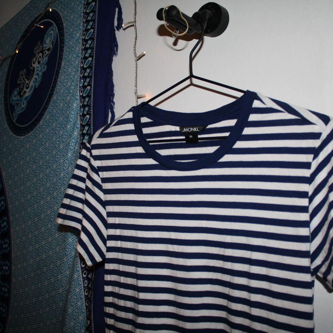 randig t-shirt från Monki köpare står för frakt på 27kr💌. T-shirts.