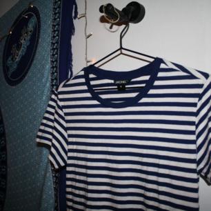 randig t-shirt från Monki köpare står för frakt på 27kr💌