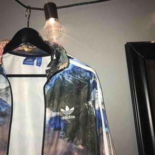 Cool adidasjacka som sticker ut. Storlek 38. Nypris över 500, kanske 600kr, säljer för 150kr inklusive alternativ frakt!! Jättebra skick!