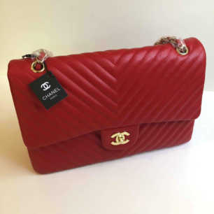 Röd Chanel RARE Chevron väska i högkvalite med äktahets look AAA-kopia  Priset 600kr är inkl frakt  ⚠Först till kvarn!⚠