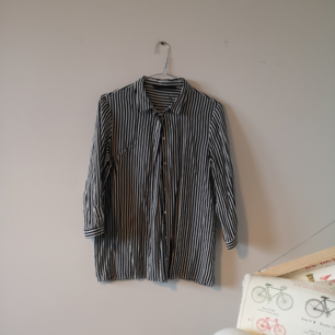 Superfin skjorta från zara med lite kortare ärmar som lätt går att vika upp om man vill det. Väldigt mörkblå ränder, ser nästan ut som svart. Kommer aldrig till användning.