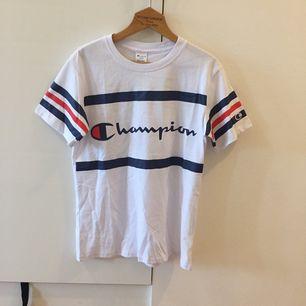 Champion T-shirt, HELT NY, aldrig använd. Är storlek M men är väldigt liten i storlek så det är som S. Kan mötas upp i Stockholm, Annars kostar frakt 30kr :)