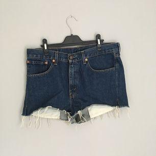 Snygga jeansshorts från Levis i storleken 33/30. Skulle säga att den är en medium.