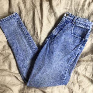 Skönaste jeansen som finns! Härligt stretchiga med hög midja, passar en S-M. Tyvärr för stora för mig, därför jag säljer dem. Möts upp i Uppsala, annars står köparen för frakt🌈 kan köpas med/utan Plick SafePay, du väljer!
