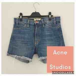 Sjukt snygga jeansshorts från Acne! Storlek 29/32. Skulle säga att det är en S/M.