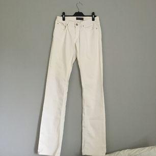 Superfina vita bootcut jeans från Acne. Storlek 28/34, skulle säga att det är en s/m.