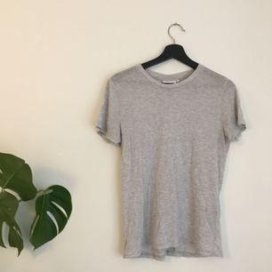 Basic grå t-shirt från weekday, något genomskinlig men det är bara snyggt enl mig :-)) // möts upp i sthlm eller skickar mot frakt! Kolla in mina andra annonser 💘🔥