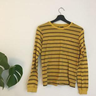 Skitsnygg gulrandig tröja köpt på urban outfitters! Tyvärr har den två små fläckar på framsidan (se bild) men de går säkert att få bort om man försöker. Endast använd 2 ggr. // Möts upp i sthlm eller skickar mot frakt! Kolla gärna in mina andra annonser 💘🔥