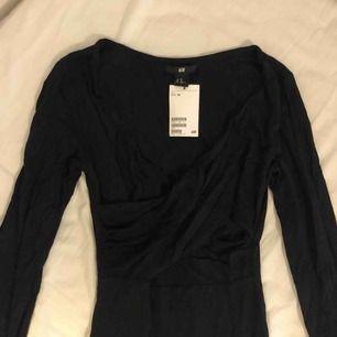 Oanvänd klänning från HM i storlek XS.