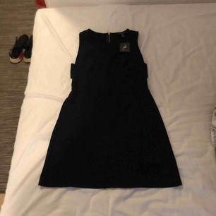 Oanvänd klänning från primark. Aldrig använd. Alla behöver en little black dress ☺️
