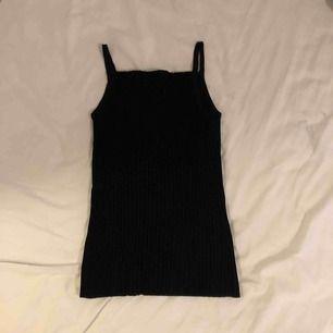 Svart linne från vintage affär. Ingen storlek men passar XS/S.