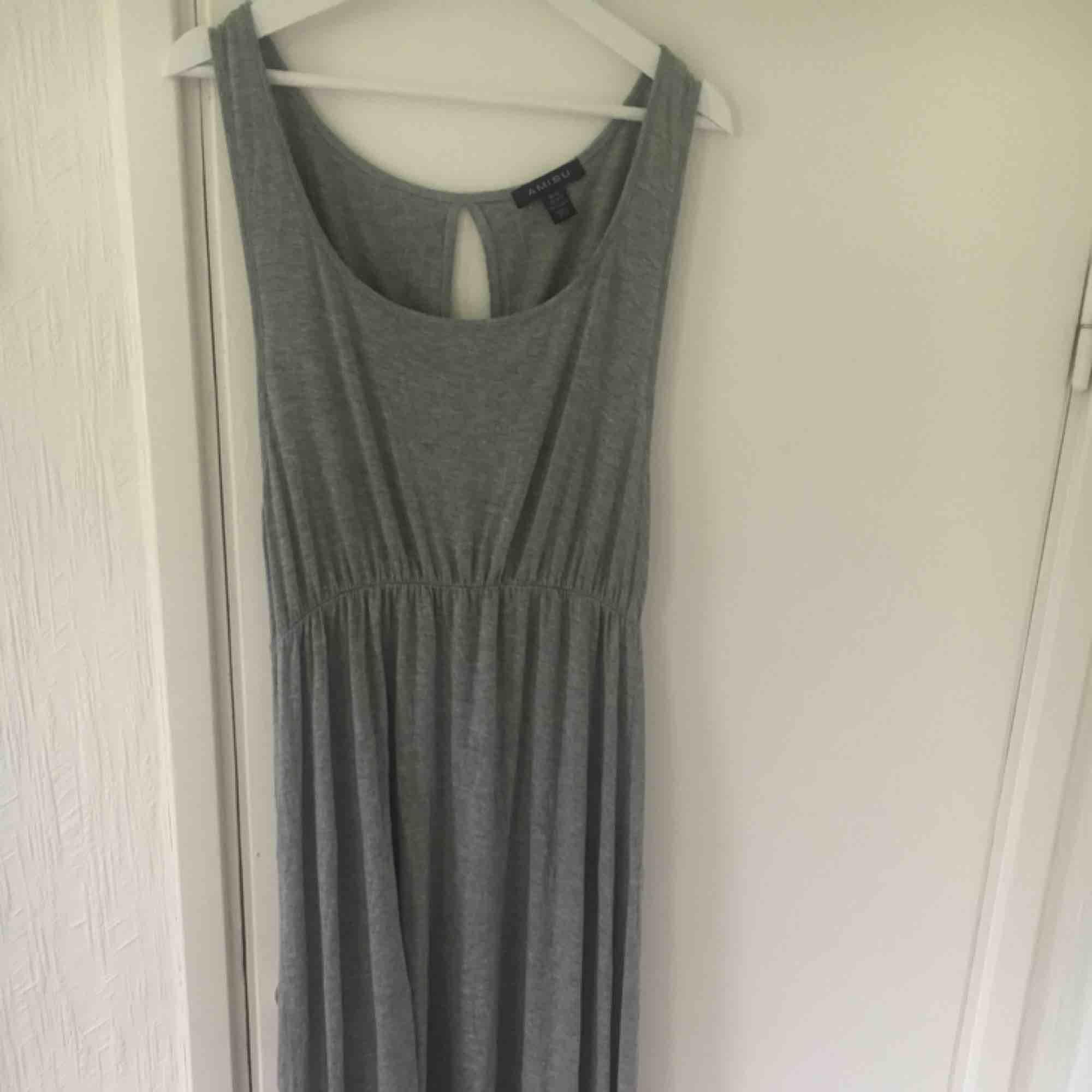 Jättefin grå lång klänning Längre bak än fram Aldrig använd . Klänningar. 7567b6964aa03