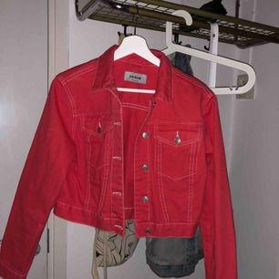 Röd jeansjacka i kortare modell, köpt på Nelly! Använd 1 gång så precis som ny i skicket! 30 kr frakt tillkommer 🌻