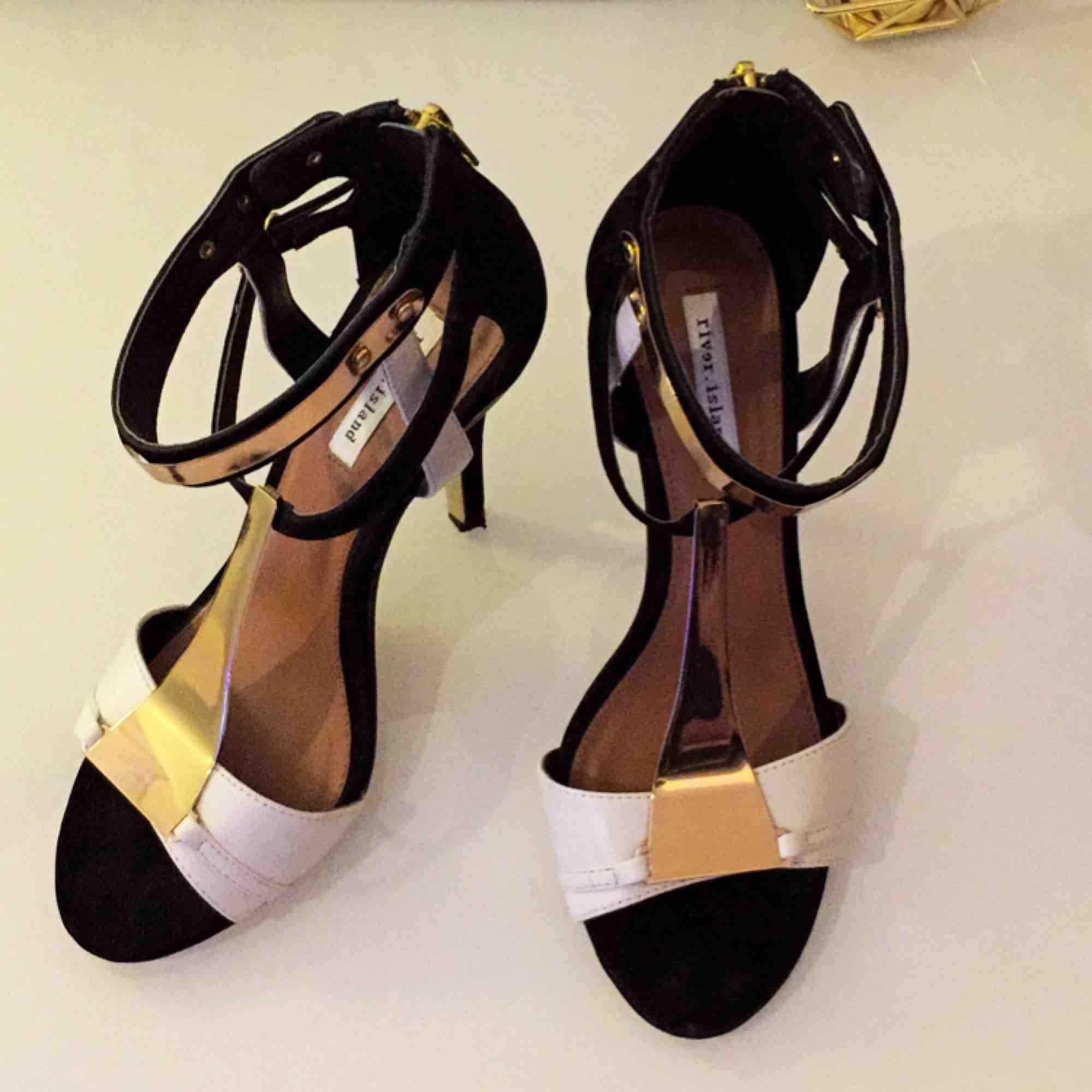 c90b0a43faf Helt nya! (Oanvända) heels med - River Island Skor - Second Hand