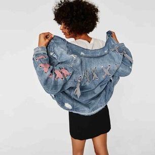 Slutsåld och ombloggad Zara jeansjacka med knytband. Lite oversize och passar även en M. Använd få gånger och är i fint skick. Frakt tillkommer.