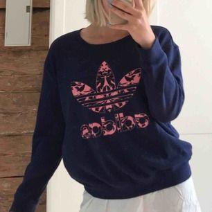 Tjocktröja från Adidas. Marinblå och rosa. Använd 1-2 gånger, som ny! 🌸