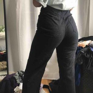 Ett par croppade svarta jeans från monki, passar till allt och sitter väldigt snyggt. Säljer pågrund av för stora! Köparen står för frakt💖