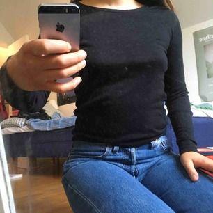 Tunn stickad tröja. Den är stickad för att få en lite indragen midja - se bild tre. Perfekt för höstmys! Fri frakt!💌