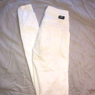 Helt oanvända vita Dr Denim jeans i storlek S.
