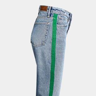 Mom jeans/ girlfriend jeans , använda 1 gång sitter jättefint