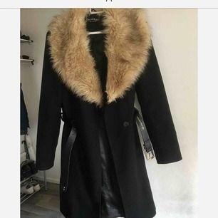 En elegant kappa från miss selfridge som jag tyvärr måste sälja då den inte passar storleksmässigt. Fungerar utmärkt till hösten😍 kappan har två knappar som försluts samt medföljande bälte.   Frakt: 105 kr