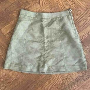 Kort kjol från HM i fuskmocka, använd en gång! Storlek 36. Dragkedja på sidan.