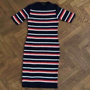 Knälång tight klänning från Dorothy Perkins, endast använd en gång! Köparen betalar frakten 📫