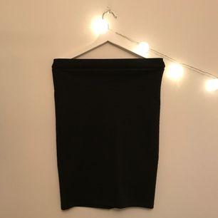 ❗️Frakt inräknat i priset❗️ Kjol från Jacqueline de yong, vet ej vart den är köpt. Kjolen är i väldigt gott skick.  Passformen är kroppsnära, då det är en bodyconkjol. Kjolen slutar lite under knäna på mig som är 167