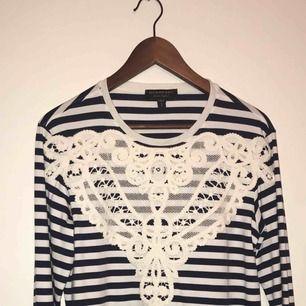 Burberry tröja köpt på deras egna hemsida. True to size.   Tröja: Unisex Breton Stripe - Top with Lace Appliqué  Material: Bomull     Helt ny (pris): 4700