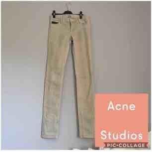 Coola jeans från Acne i en beige färg med