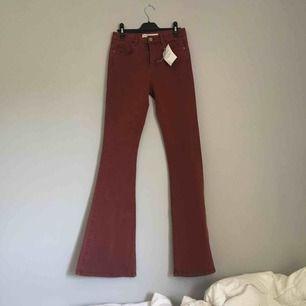 Helt nya burgundy färgade bootcut jeans från Asos i storleken 26/32, skulle säga att det passar en s.